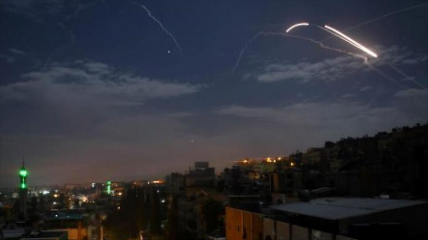 Sistema antiaéreo sirio activado tras un ataque aéreo israelí contra las inmediaciones de Damasco.