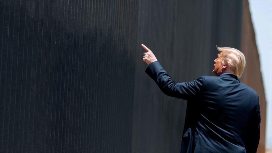 El presidente de EE.UU., Donald Trump, apunta a su muro fronterizo en una ceremonia en el estado de Arizona, 23 de junio de 2020. (Foto: AFP)