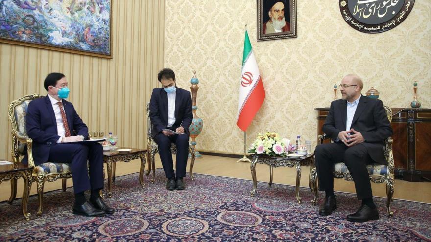 El presidente del Parlamento de Irán, Mohamad Baqer Qalibaf (dcha.), y el embajador chino, Chang Hua, en Teherán, 24 de junio de 2020. (Foto: Icana)