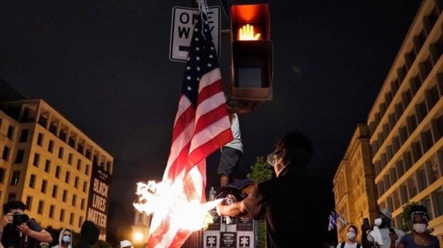 Vídeo: Manifestantes queman bandera de EEUU cerca de Casa Blanca | HISPANTV