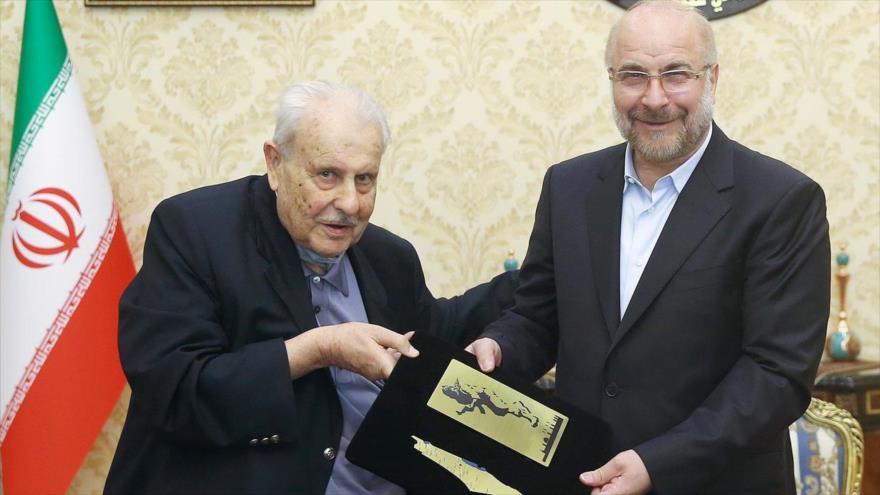 El presidente del Parlamento de Irán, Mohamad Baqer Qalibaf (dcha.) y el embajador de Palestina en Teherán, Salah al-Zawawi, 24 de junio. (Foto: Icana)
