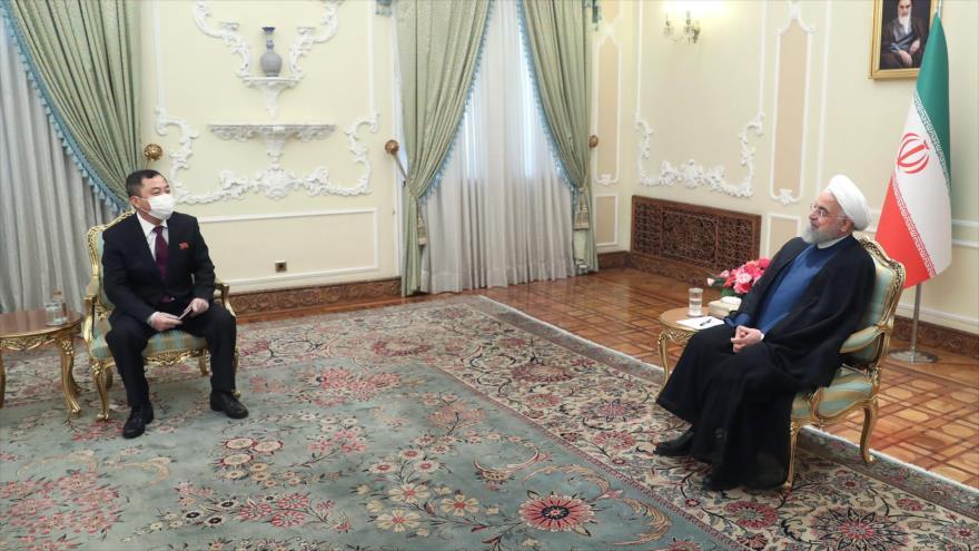 El presidente iraní, Hasan Rohani (drcha.), y el nuevo embajador de Nicaragua en Irán, Han Song Ou, se reúnen en Teherán, capital iraní. (Fuente: President.ir)