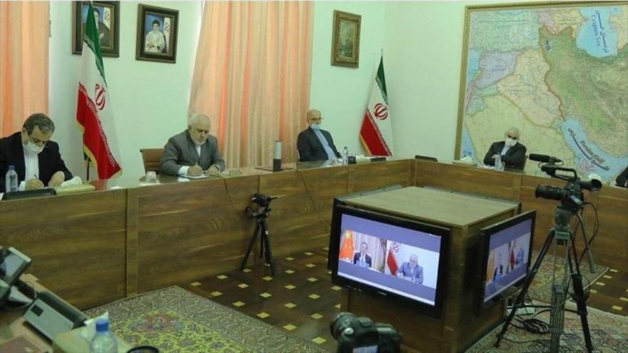 Una delegación de diplomáticos iraníes, encabezada por el canciller, Mohamad Yavad Zarif, en una videoconferencia con el ministro chino de Exteriores, Wang Yi, Teherán, 24 de junio de 2020.