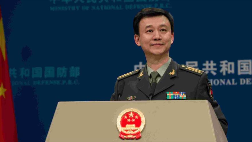 Portavoz del Ministerio de Defensa de China, Wu Qian, habla en una rueda de prensa.