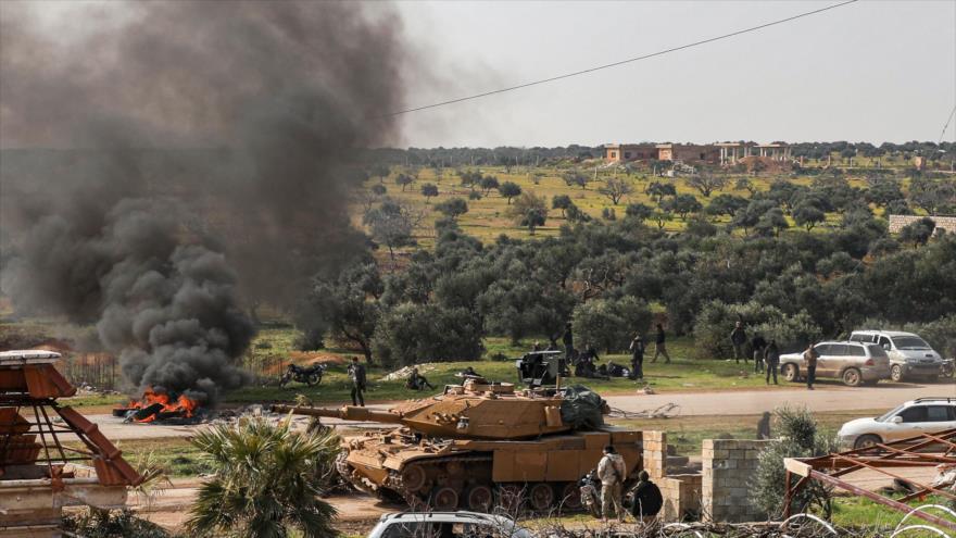 Un tanque turco M60T cerca de la carretera que conduce a la provincia siria de Alepo, 15 de marzo de 2020. (Foto: AFP)
