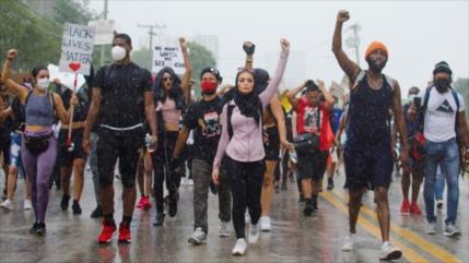 Policías de EEUU le quitan el hiyab a manifestante musulmana