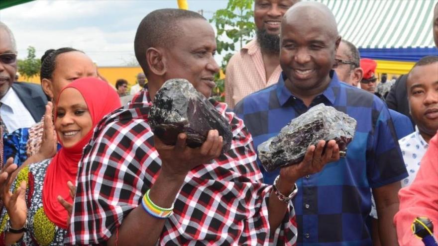 Saniniu Laizer, el minero que se ha hecho millonario al hallar dos rocas de tanzanita.