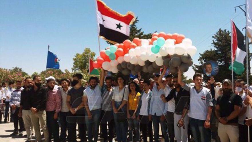 Sirios se manifiestan en la plaza Tahrir para exigir la liberación de los altos del Golán, 25 de junio de 2020. (Foto: SANA)
