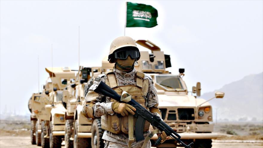 Un soldado frente a un convoy militar saudí.