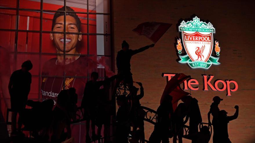 Aficionados de Liverpool celebran campeonato de su equipo fuera del estadio de Anfield, 25 de junio de 2020. (Foto: AFP)
