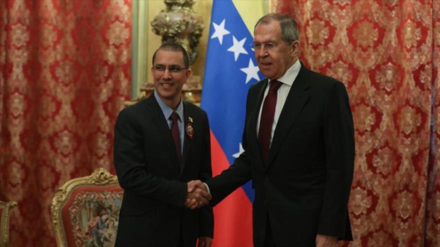 El canciller venezolano, Jorge Arreaza (izq.) y su par ruso Serguéi Lavrov, en una reunión en Moscú, Rusia, 24 de junio de 2020.