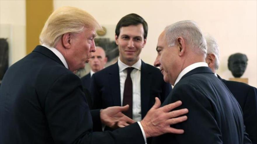 El presidente de EE.UU., Donald Trump (izq.), habla con el premier israelí, Benjamín Netanyahu, en presencia de Jared Kushner, 22 de mayo de 2017.