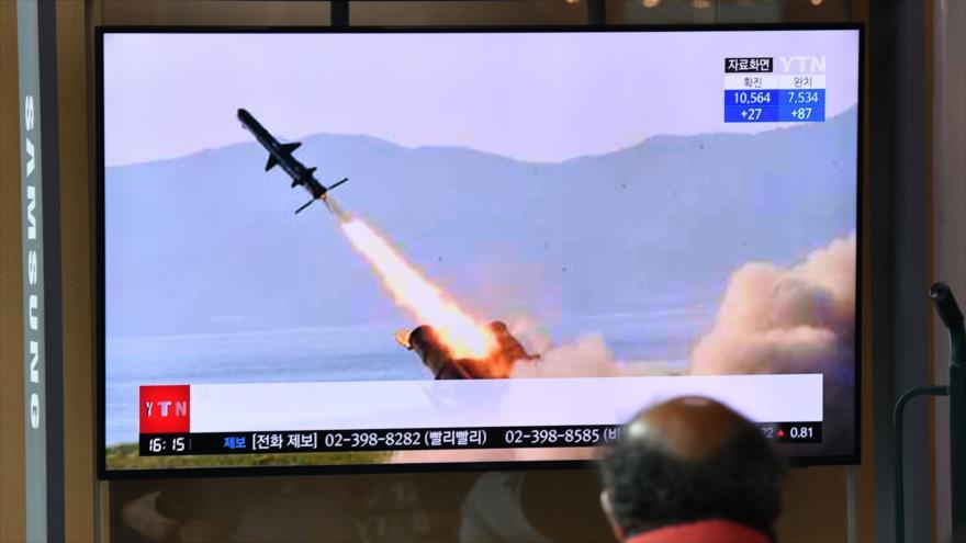 Pantalla de televisión muestra una prueba misilística de Corea del Norte en una estación de tren en Seúl, 14 de abril de 2020. (Foto: AFP)