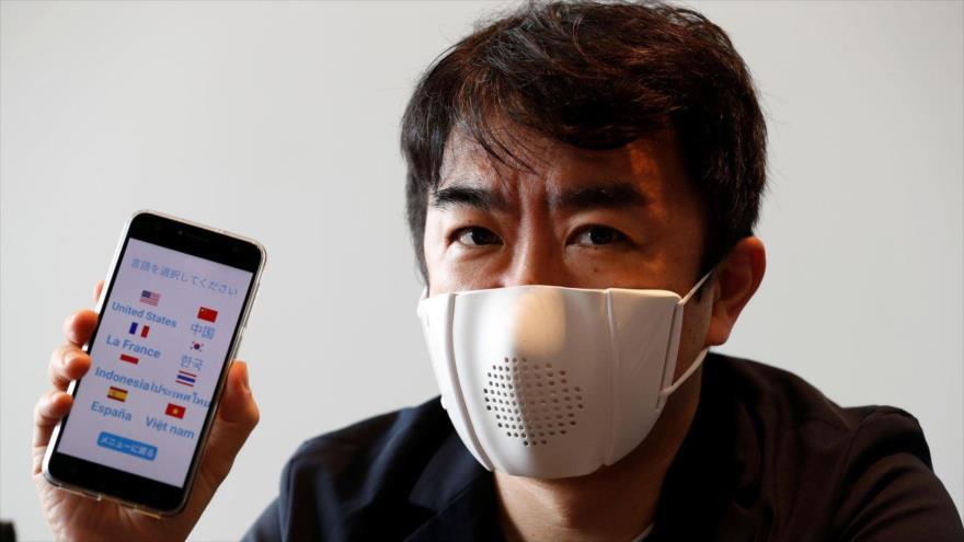 El director de la empresa japonesa Donut Robotics, Taisuke Ono, muestra la mascarilla y su aplicación durante un foro en Tokio, 23 de junio de 2020.