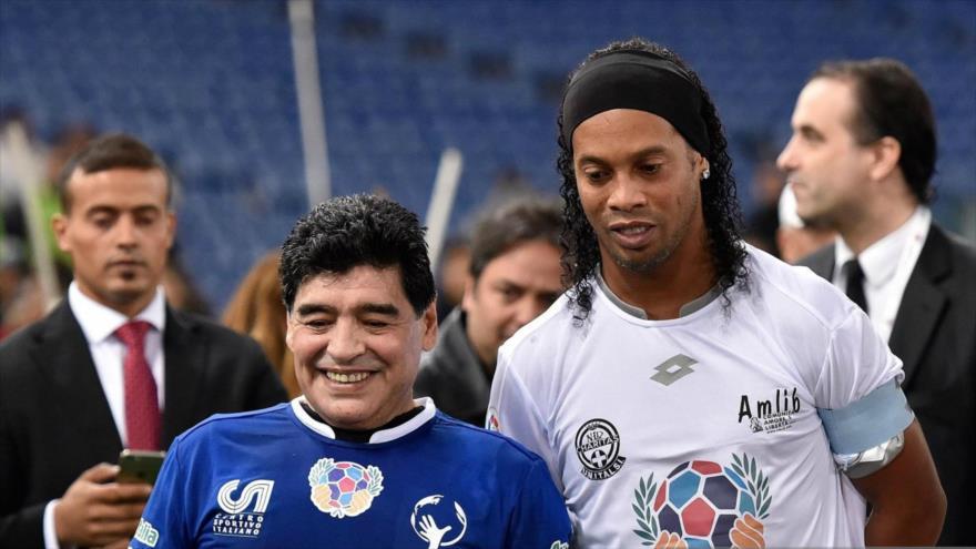 Ronaldinho (dcha.) y Diego Armando Maradona.