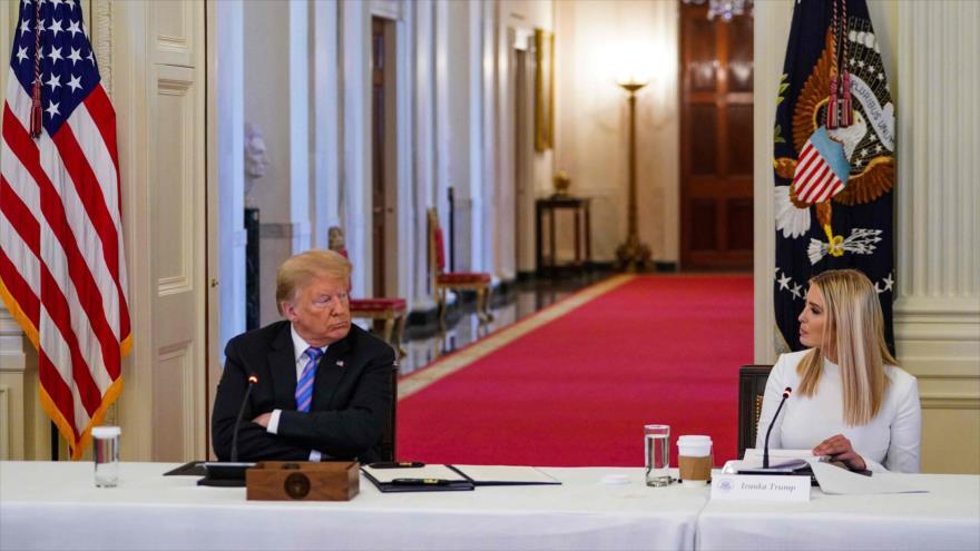 El presidente EE.UU., Donald Trump, y su hija y asesora Ivanka en una reunión en la Casa Blanca, 26 de junio de 2020. (Foto: AFP)