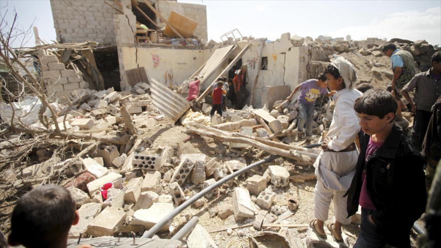 Yemeníes inspeccionan los escombros generados por un bombardeo saudí en Saná, capital de Yemen. (Foto: Reuters)