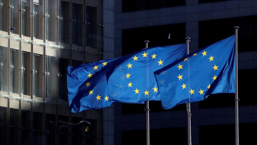 Las banderas de la Unión Europea ondean frente a la sede de la Comisión Europea en Bruselas, Bélgica.