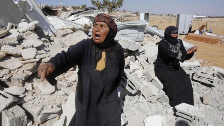 El régimen israelí arrasa hogares palestinos en un área en Cisjordania ocupada.