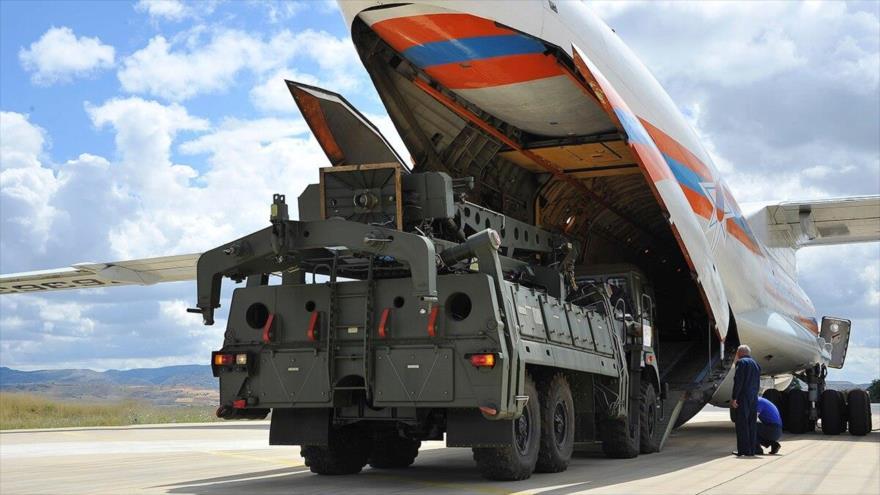 Equipos militares, partes del sistema de defensa aérea S-400, se descargan desde avión de transporte ruso en aeropuerto militar Murted en Ankara, Turquía.