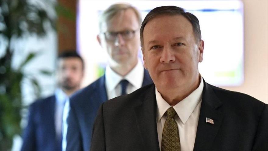 El secretario de Estado de EE.UU., Mike Pompeo, delante de Brian Hook, representante especial de su Departamento para Irán, se dirige para reunirse con el presidente Donald Trump.