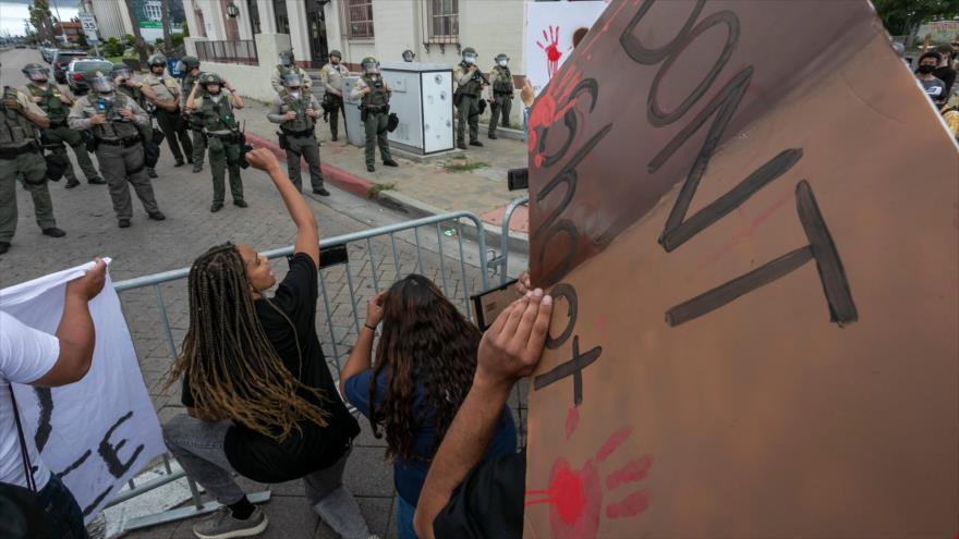 Protestan en EEUU por asesinato de un joven latino por la Policía | HISPANTV
