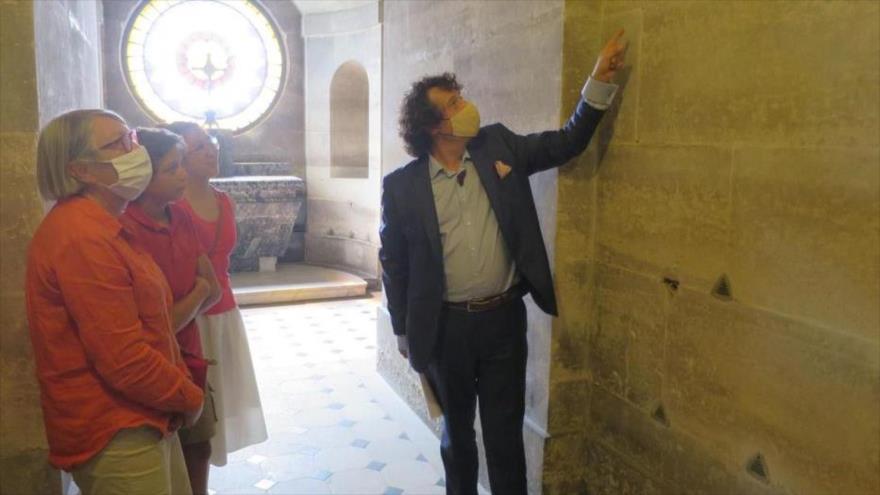 Aymeric Peniguet de Stoutz (dcha.) en la Capilla Expiatoria en París, la capital.