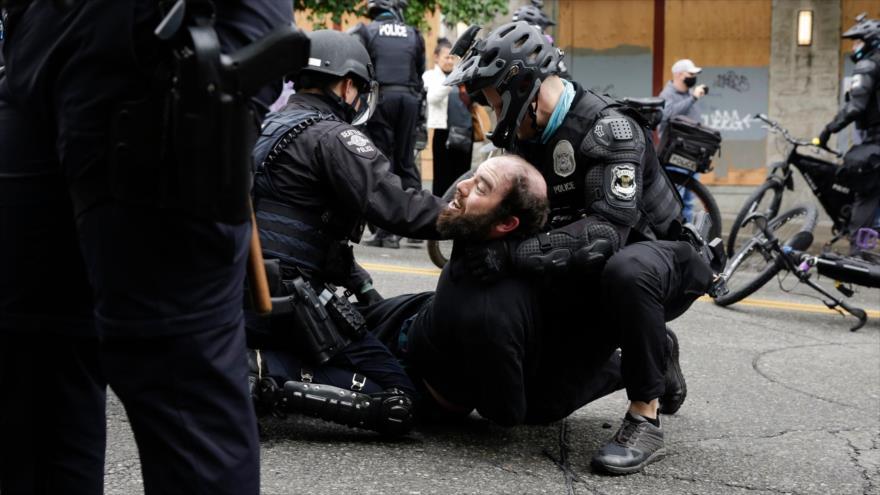 Vídeo: Policía de EEUU continúa la represión contra manifestantes