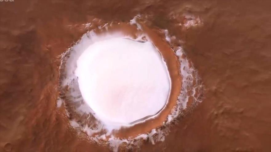 Vídeo muestra vuelo sobre enorme cráter marciano lleno de hielo