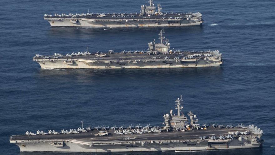 Los portaviones estadounidenses USS Ronald Reagan (C), USS Theodore Roosevelt (abajo) y USS Nimitz en el mar de Japón. (Foto: Reuters)