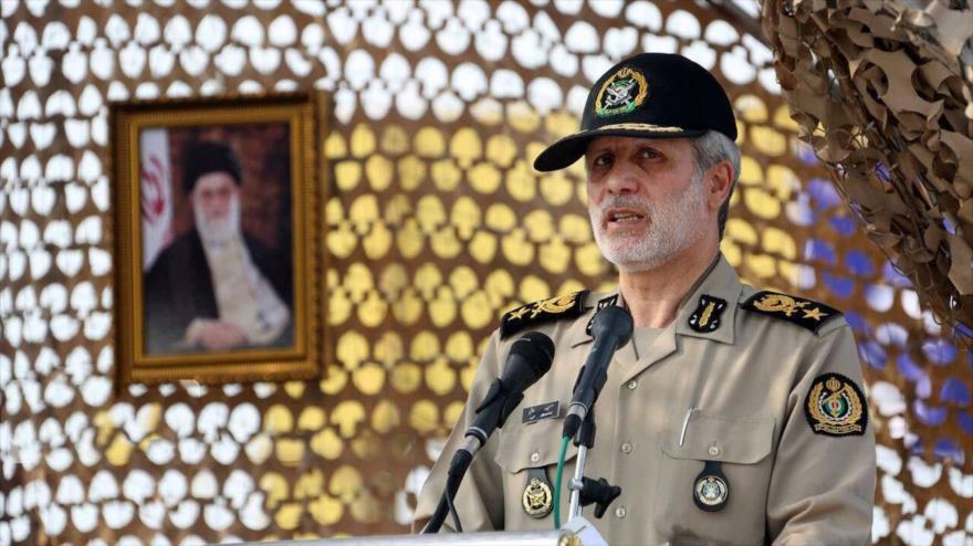 Ministro de Defensa de Irán, el general de brigada Amir Hatami, ofrece un discurso ante un grupo de militares.