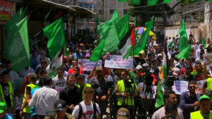 Los gazatíes gritan consignas a favor de la libertad de Palestina
