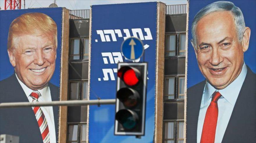 Tres carteles electorales del partido político Likud que muestran al presidente de EE.UU., Donald Trump, y al premier israelí, Benjamín Netanyahu, en Al-Quds (Jerusalén).