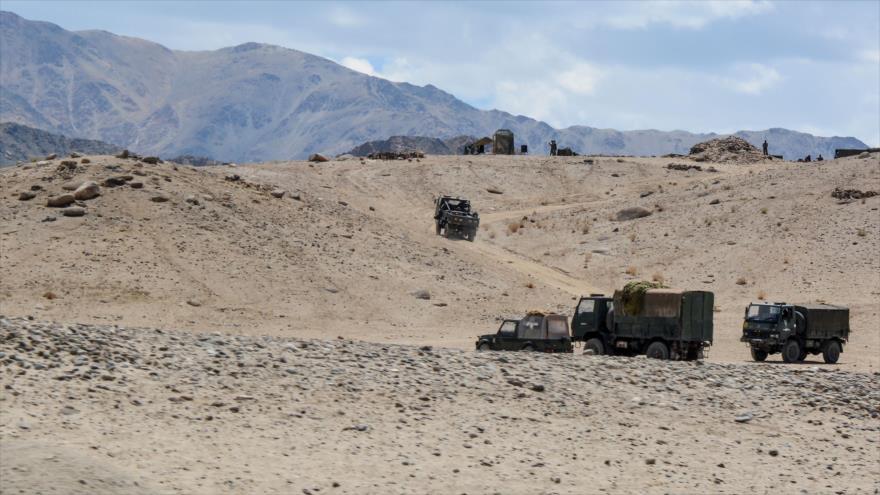 Vehículos del Ejército indio y su personal participan en un ejercicio de guerra en el distrito de Leh, en Ladakh, 4 de julio de 2020. (Foto: AFP)