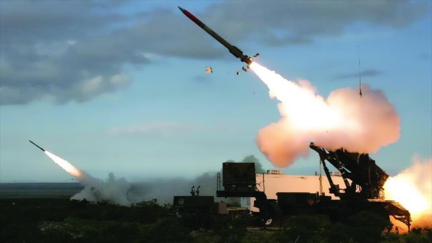 Sistemas de defensa antimisiles Patriot de EE.UU. lanzan misiles contra objetos intrusos.