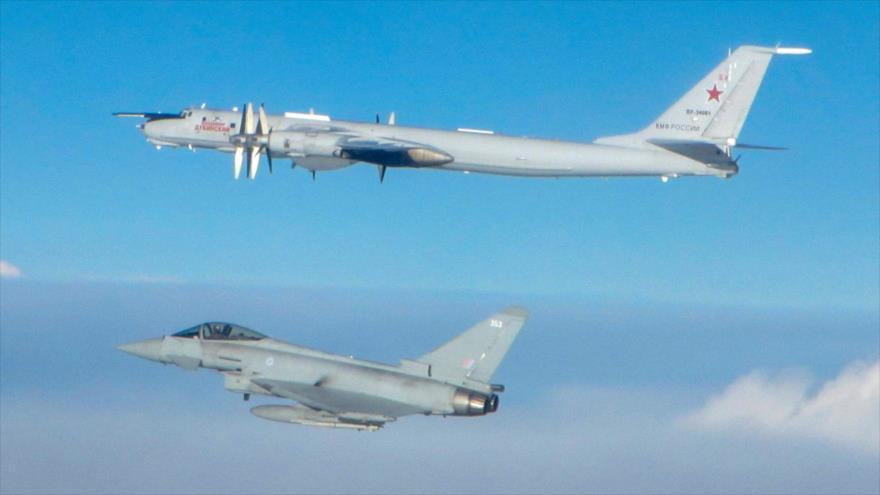 Un caza de combate británico Typhoon intercepta un bombardero Tu-142 dela patrulla marítima rusa.