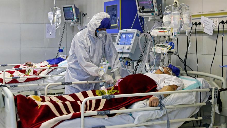 Una enfermera atenta a un patinete afectado por coronavirus en un hospital de Teherán, la capital persa, 1 de marzo de 2020. (Foto: AFP)