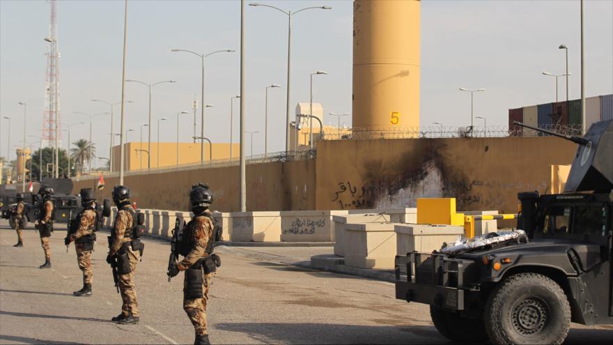 Fuerzas iraquíes frente a la embajada de EE.UU. en Bagdad, la capital de Irak, 2 de enero de 2020. (Foto: AFP)