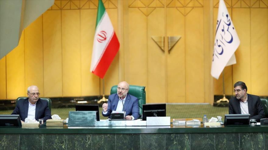 El presidente de la Asamblea Consultiva Islámica de Irán, Mohamad Baqer Qalibaf (c.), durante una sesión del Parlamento, 31 de mayo de 2020. (Foto: AFP)