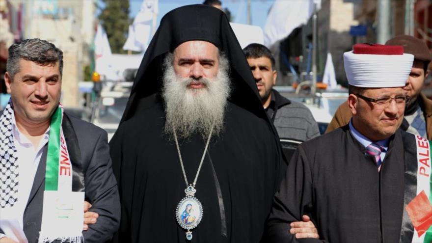 Arzobispo de la Iglesia Ortodoxa Griega de Jerusalén, Atallah Hanna [centro], visto durante una protesta en la ciudad cisjordana de Al-Jalil (Hebrón).