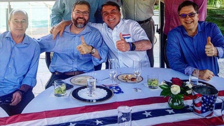 """Acusan a Bolsonaro de """"delito"""" por su visita a embajada de EEUU"""