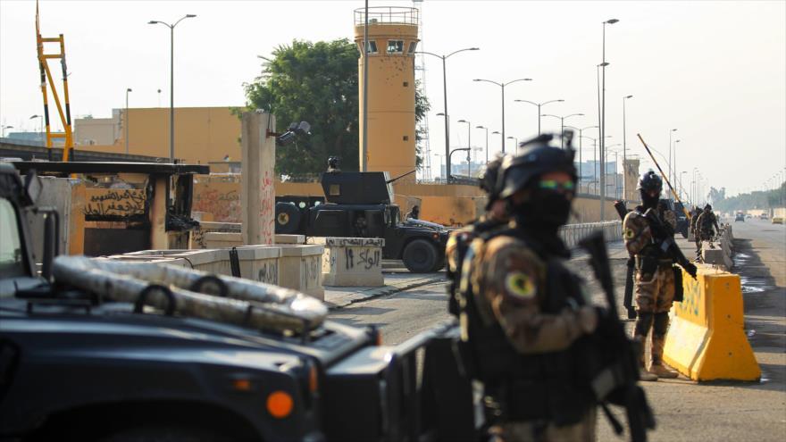 Fuerzas iraquíes vigilan frente a la embajada de EE.UU. en Bagdad, la capital de Irak, 2 de enero de 2020. (Foto: AFP)