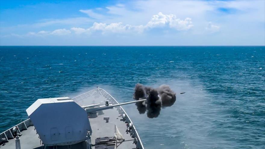 La fragata de misiles guiados Yulin (Hull 569) del Ejército chino dispara durante un ejercicio en el mar del Sur de China, marzo de 2020. (Foto: China Military)