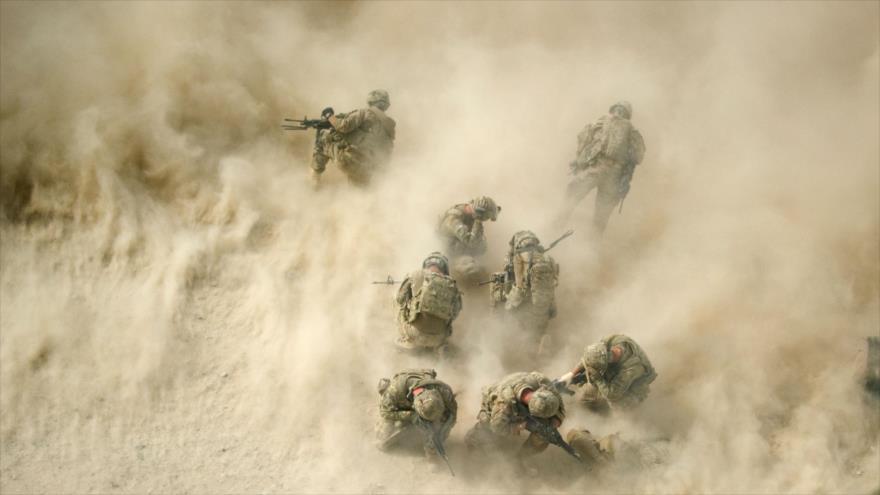 Soldados de EE.UU. se protegen durante un enfrentamiento cerca de Kandahar, sur de Afganistán, 23 de agosto de 2011. (Foto: AFP)
