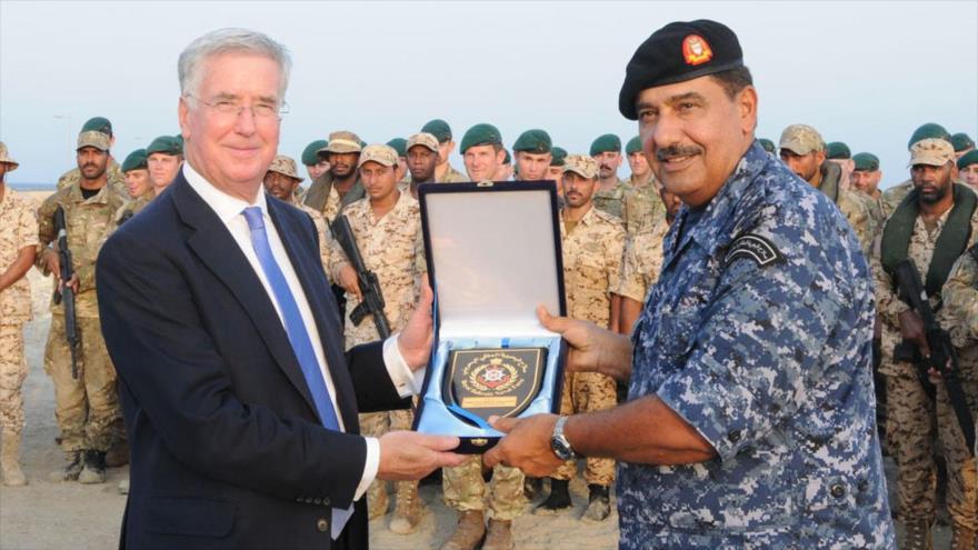 Un comandante de la Armada de Baréin se encuentra con el entonces secretario de Defensa del Reino Unido, Michael Fallon, durante el ejercicio Pearl Dagger en diciembre de 2015.
