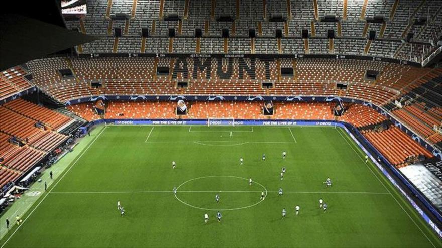 Vista panorámica durante el partido de la Liga de Campeones de octavos de final de fútbol entre el Valencia CF y el Atalanta en Valencia.