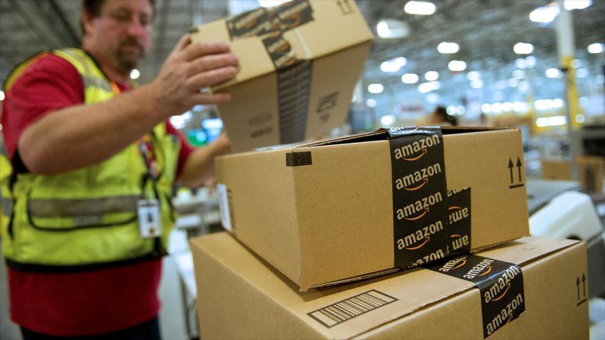 Un empleado prepara cajas de productos para su envío en la compañía Amazon, Phoenix, estado de Arizona, EE.UU., 26 de noviembre de 2012.