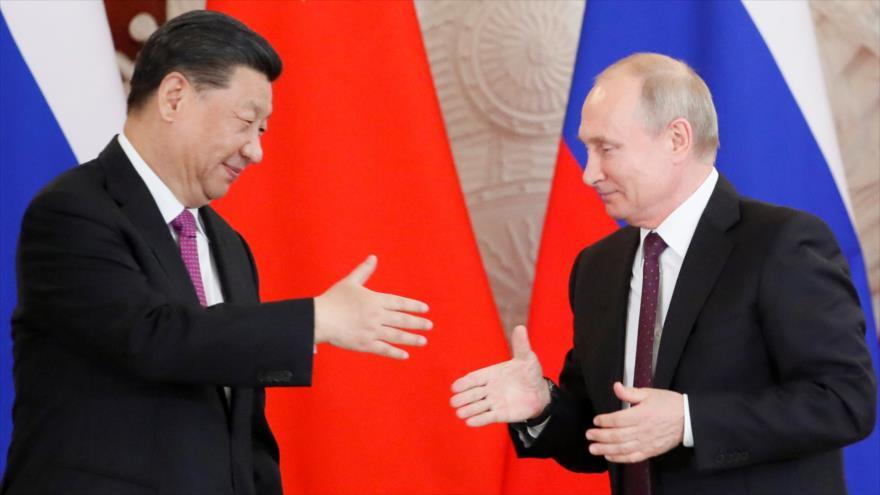 El presidente ruso, Vladimir Putin, (dcha.) y su homólogo chino, Xi Jinping, durante una reunión en Moscú, capital de Rusia, 5 de junio de 2019. (Foto: Reuters)