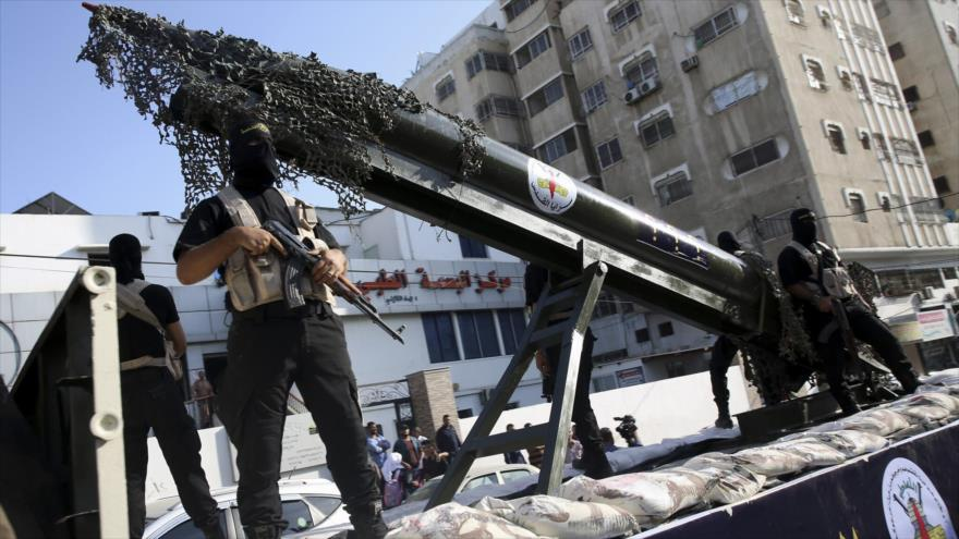 Combatientes de la Brigada Al-Quds, brazo armado de la Yihad Islámica Palestina, en un desfile muestran su misil.