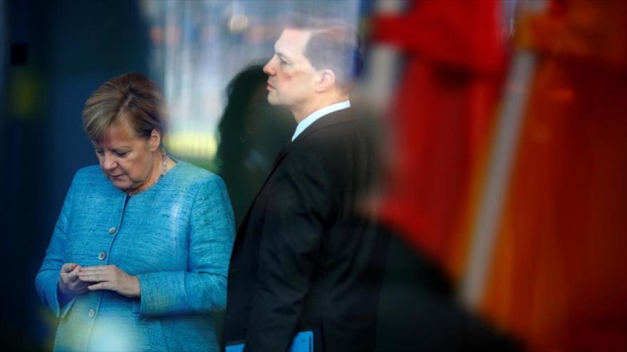 La canciller alemana, Angela Merkel, y su portavoz, Steffen Seibert, Berlín, capital de Alemania, 30 de octubre de 2018. (Foto: Reuters)